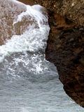Spuma e roccia del mare Fotografia Stock