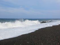 Spuma ed onde del mare che si schiantano sulla spiaggia fotografia stock libera da diritti