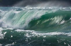 Spuma perfetta, spiaggia di Fistral, Cornovaglia immagini stock