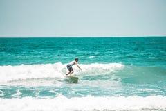 Spuma soleggiata di giorno della spiaggia immagine stock