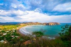 Spuma stupefacente della spiaggia di Costa Rica Ocean Water Beach Paradise di vacanza degli alberi della pioggia dell'acqua carai Fotografia Stock