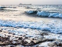 Spuma sulla riva del golfo di Aqaba sul Mar Rosso nell'inverno Fotografia Stock
