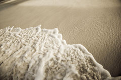Spuma sulla spiaggia immagini stock libere da diritti