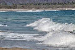 Spumewellen, die zum mexikanischen Strand des Pazifischen Ozeans gehen stockfotografie