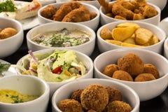 Spuntini brasiliani misti, compreso le pasticcerie, pollo fritto, insalata immagine stock