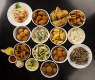 Spuntini brasiliani misti, compreso le pasticcerie, pollo fritto, insalata fotografia stock libera da diritti