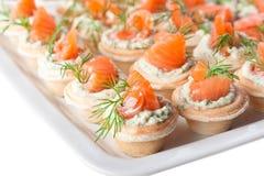 Spuntini con i salmoni ed il formaggio (primo piano) Immagini Stock Libere da Diritti