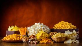 Spuntini, dadi e popcorn Fotografia Stock Libera da Diritti
