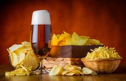 Spuntini della patata e della birra Fotografie Stock Libere da Diritti