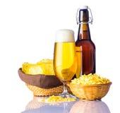 Spuntini della patata e della birra su fondo bianco Immagine Stock