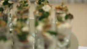 Spuntini di freddo in una tazza di vetro con crema e le erbe, sfuocatura stock footage