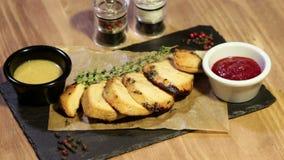 Spuntini fritti della carne con sause e rosmarini stock footage