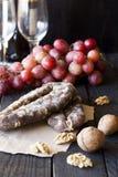 Spuntini per vino, formaggio, l'uva rosa, le noci e lo scatto fotografia stock libera da diritti
