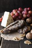 Spuntini per vino, formaggio, l'uva rosa, le noci e lo scatto immagini stock libere da diritti
