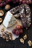 Spuntini per vino, formaggio, l'uva rosa, le noci e lo scatto fotografia stock