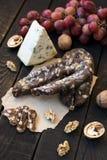 Spuntini per vino, formaggio, l'uva rosa, le noci e lo scatto immagini stock