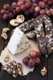 Spuntini per vino, formaggio, l'uva rosa, le noci e lo scatto fotografie stock