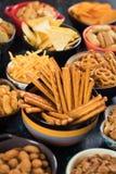 Spuntini salati serviti in ciotole Fotografia Stock