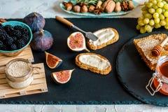 Spuntini sani con formaggio ed i fichi sul bordo e sul tovagliolo di legno Prima colazione, foto dell'alimento del pranzo fotografia stock libera da diritti