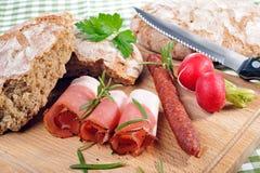 Spuntino con pancetta affumicata e la salsiccia Fotografia Stock