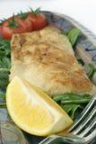 Spuntino del pesce sul vassoio ceramico; macro Fotografia Stock