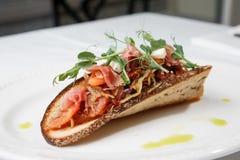 Spuntino del cavolo con bacon su pane acido-dolce immagini stock libere da diritti