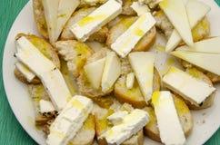 Spuntino del formaggio di capra e del pane Fotografia Stock Libera da Diritti