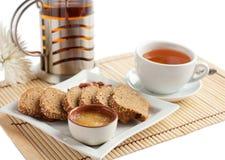 Spuntino del pane di cereale e del tè con miele e le noci Fotografie Stock