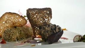Spuntino delizioso di purè o di pasta montato con il pezzo del pane nero, con lo zucchero candito caramellato, insalata, verdure  stock footage