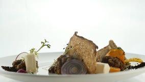 Spuntino delizioso di purè o di pasta montato con il pezzo del pane nero, con lo zucchero candito caramellato, insalata, verdure  video d archivio