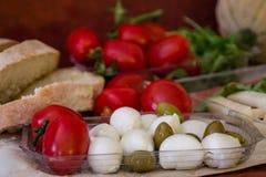 Spuntino della mozzarella, dei pomodori, delle olive e del pane Immagine Stock Libera da Diritti