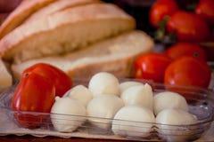 Spuntino della mozzarella, dei pomodori e del pane Fotografia Stock