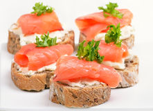 Spuntino di color salmone fresco con cagliata Immagini Stock