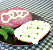 Spuntino di pane con formaggio e la salsiccia Fotografia Stock Libera da Diritti