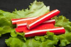 Spuntino di surimi, polpa di granchio d'imitazione sulla foglia dell'insalata immagine stock libera da diritti