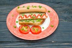 Spuntino e verdure semplici del panino della salsiccia della prima colazione su intero Fotografia Stock Libera da Diritti