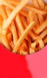 Spuntino fritto nel grasso bollente della patata - patate fritte in casella rossa fotografia stock libera da diritti