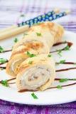 Rotolo dell'omelette con il formaggio cremoso ed il prezzemolo Fotografie Stock