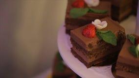 Spuntino graduato morso per la festa nuziale cupcakes Dolci e bigné di cioccolato stupefacenti Bigné del caramello del cioccolato Fotografia Stock Libera da Diritti