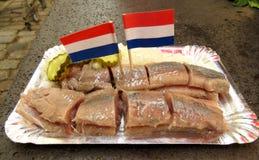 Spuntino olandese dell'aringa con le bandiere Fotografia Stock