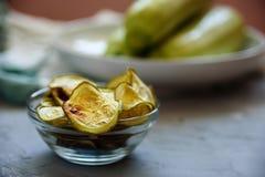 Spuntino sano - chip al forno dello zucchini Fotografia Stock