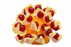 Spuntino sano con l'arancia, la fetta del limone e la ciliegia Fotografie Stock