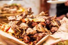 Spuntino sotto forma di kebab da carne di maiale e da manzo Fotografia Stock