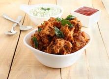 Spuntino vegetariano indiano tradizionale e popolare di Pakoda in una ciotola immagine stock
