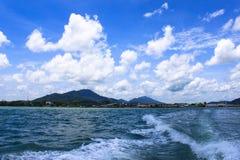 Spur auf dem Wasser hinter dem Boot Lizenzfreies Stockfoto