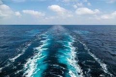 Spur der Frachtschiffbeschaffenheit auf dem Meer Lizenzfreies Stockbild
