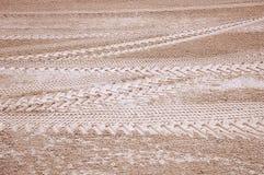 Spur der Gummireifen auf Sand Stockbilder