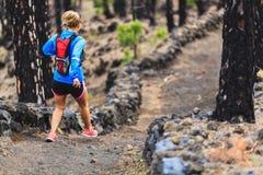 Spur der jungen Frau, die in Wald läuft Stockfotos