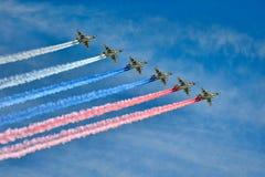Spur der Kampfflugzeug-Su-25 in den Farben der russischen Flagge stockbilder