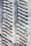 Spur des Autos im Schnee mit Asphalt Stockbilder
